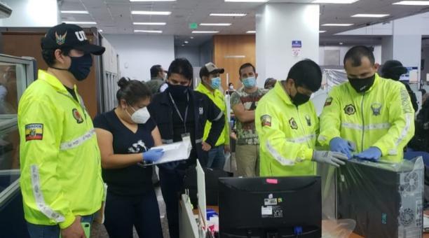 Agentes de la Fiscalía y Policía allanaron las oficinas del SRI en Durán y Guayaquil, durante una investigación a funcionarios que serían parte de una organización delictiva. Foto: Twitter Fiscalía Ecuador