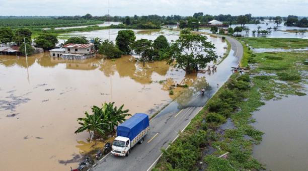 Tramos de vías continúan anegados en Urdaneta, cantón en emergencia, afectado por intensas lluvias desde el pasado viernes. Foto: Cortesía Prefectura de Los Ríos