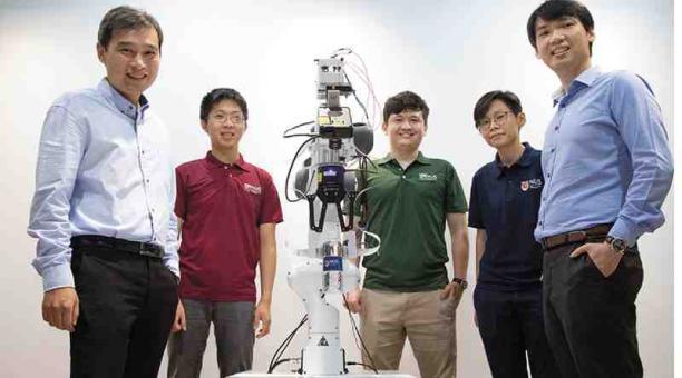 Ingenieros con un robot cuya extremidad se adapta a los objetos. Foto:cortesía nus y ntu