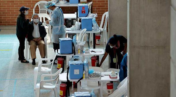 Bogotá inició este 9 de marzo del 2021 la vacunación masiva de adultos mayores de 80 años en 400 puntos repartidos por toda la ciudad. Foto: EFE