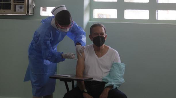 El presidente de Panamá, Laurentino Cortizo, es vacunado contra el covid-19, en la escuela Belisario Porras, en el barrio de San Francisco de Ciudad de Panamá (Panamá). Foto: EFE