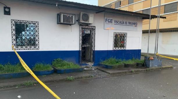 Las instalaciones de la Fiscalía de El Triunfo sufrieron daños en las ventanas y puerta de ingreso, tras la detonación de dos artefactos explosivos registrados la madrugada del 10 de marzo del 2021. Foto: Twitter Fiscalía