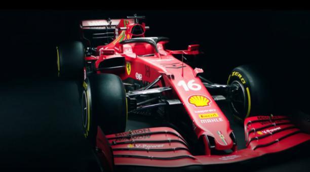Ferrari presentó el SF21, un monoplaza con el que el español Carlos Sainz y el monegasco Charles Leclerc afrontarán el Mundial de Fórmula 1 de 2021. Foto de la cuenta Twitter chacho_lml