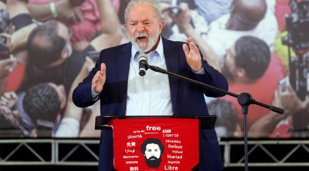El expresidente brasileño Luiz Inácio Lula da Silva habla durante una rueda de prensa pública hoy, en Sao Bernardo do Campo (Brasil).