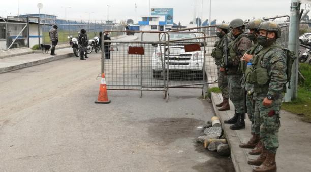La masacre registrada en las cárceles del Ecuador motivó al Gobierno a movilizar a militares para que resguarden los exteriores de los centros penitenciarios. Foto: EL COMERCIO
