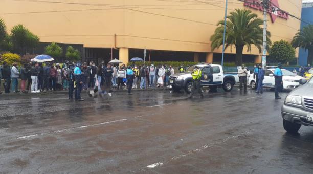 Un hombre fue asesinado la tarde del martes 9 de marzo del 2021 en las afueras de un centro comercial en el sur de Quito. Foto: cortesía.