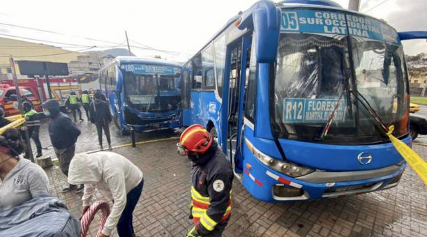 Dos buses de transporte público se accidentaron este 10 de marzo del 2021 en el sur de Quito. Foto: Twitter/ @BomberosQuito.