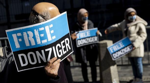 Manifestantes se han congregado para pedir la libración de Steven Donziger, quien defendió a comunidades ecuatorianas y ganó un caso contra la petrolera Chevron. Foto: EFE.