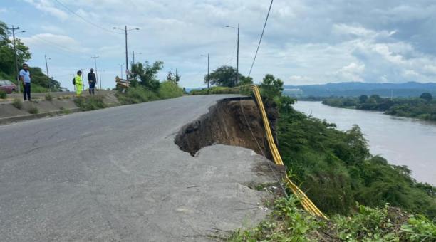En el sitio El Cabezón, en la ciudad de Esmeraldas, se produjo un socavón por el que se hundió una parte de la vía este 10 de marzo del 2021. Foto cortesía Empresa de Transporte