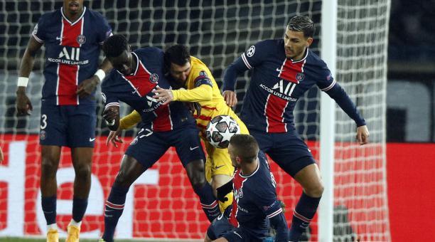 Lionel Messi sufre la marca de varios rivales, durante el partido entre Barcelona y el PSG. Foto: EFE