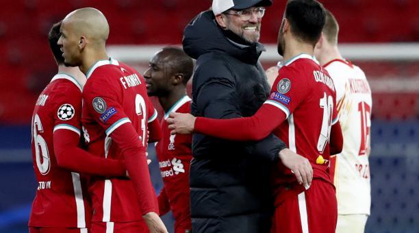 EL DT Jürgen Klopp celebra con sus jugadores tras el partido ante  Leipzig. Foto: EFE