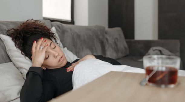 Foto referencial. Investigaciones sobre la demencia y las lesiones cerebrales traumáticas sugieren que las mujeres tienen un mayor riesgo de demencia en comparación con los hombres. Foto: Pexels / Pavel Danilyuk