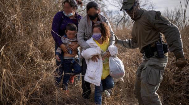 Migrantes en busca de asilo son escoltados fuera de la maleza después de cruzar el río Grande hacia los EE.UU. desde México en Peñitas, Texas, el 9 marzo 2021. Foto: Reuters
