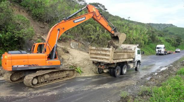 Limpieza de un deslizamiento en el km 76 de la vía Lita - Salinas, en la Sierra norte. Foto: Cortesía MTOP