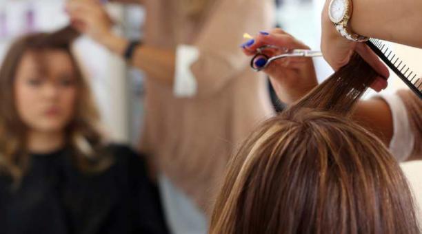 Si bien la raya en medio está en tendencia, los estilistas recomiendan elegir el peinado de acuerdo al tipo de rostro. Foto: Freepik