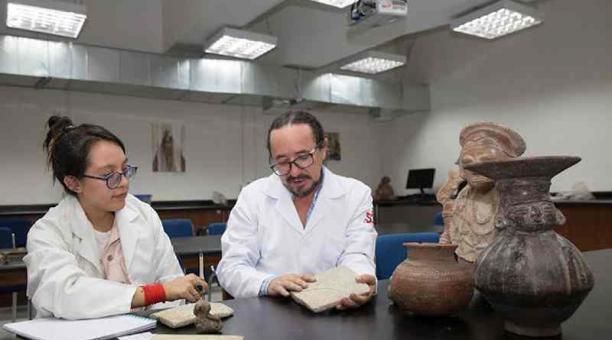 El antropólogo Florencio Delgado enseñando varios bienes de culturas precolombinas. Foto:  Cortesía de la USFQ