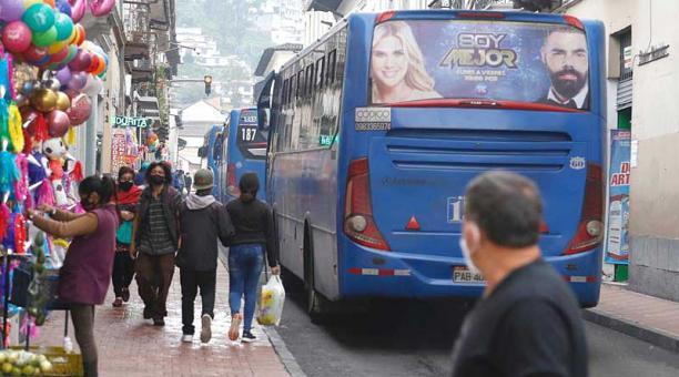 La Benalcázar es una de las vías del Centro en donde se concentra el paso de buses. Foto: Diego Pallero / EL COMERCIO