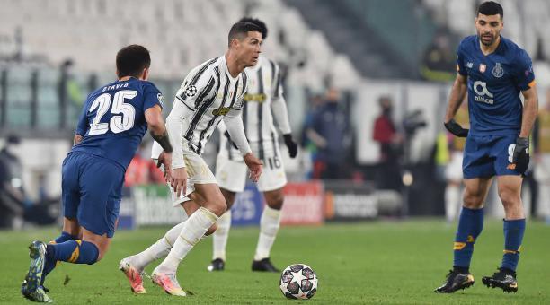 Cristiano Ronaldo (C) y Otavio en acción durante la ronda de la Liga de Campeones de la UEFA de 16 segundo partido de fútbol Juventus FC vs FC Porto en el estadio Allianz en Turín, Italia, 09 de marzo de 2021. (Liga de Campeones, Italia, Estados Unidos) E