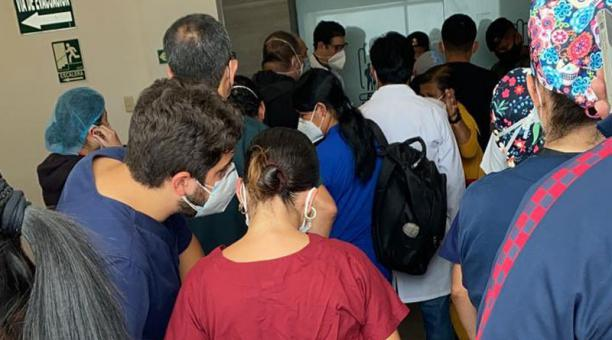 El gerente del hospital Teodoo Maldonado Carbo explicó que los nombres de los tiktokers que se vacunaron contra el covid-19 fueron incluidos a mano en el listado. Foto: Twitter/ @alexadiazm11.