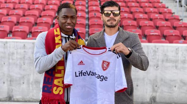 Anderson Julio junto a Gonzalo Vargas, su representante, con la camiseta de Real Salt Lake. Foto: Sport Capital