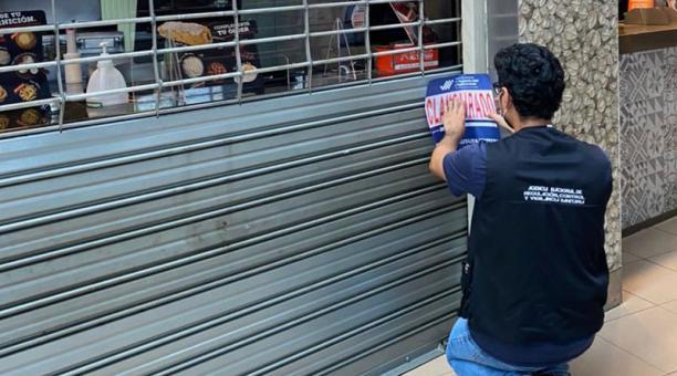 Tres restaurantes ubicados en un centro comercial en Guayaquil fueron clausurados debido a
