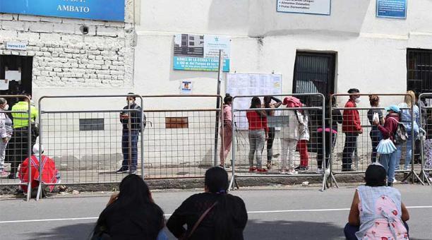 Decenas de personas llegaron al Centro de Rehabilitación Social de Ambato, ubicado al oriente de la capital de Tungurahua. Foto: Glenda Giacometti / EL COMERCIO