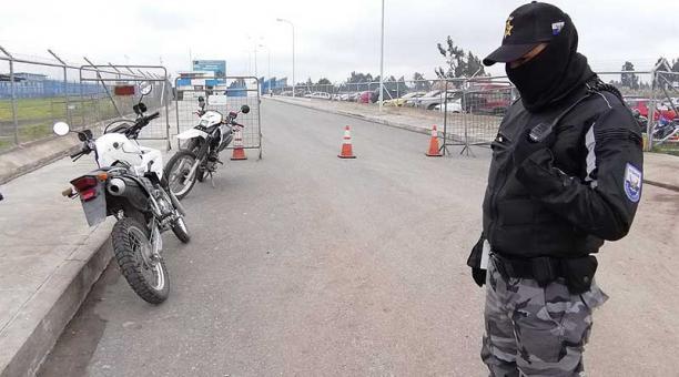 Policías vigilan en estos días el perímetro externo de la cárcel regional de Cotopaxi. Foto: EL COMERCIO