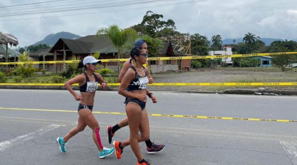 Las marchistas ecuatorianas Karla Jaramillo y Paola Pérez en la competencia realizada este sábado 13 de marzo. Tomado de la Secretaría del Deporte