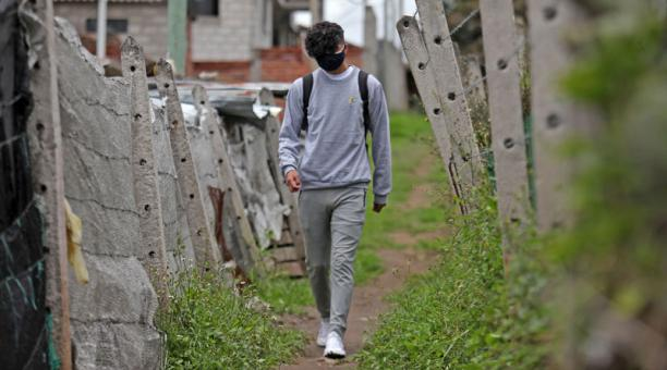 Dilan usa doble mascarilla, como parte de su uniforme para ir al colegio, tres veces a la semana. Foto; Julio Estrella / EL COMERCIO