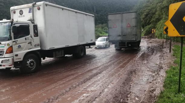 Tres derrumbes se han registrado este sábado 13 de marzo del 2021 en la vía Alóag - Santo Domingo. Foto: Cortesía Gobierno de Pichincha