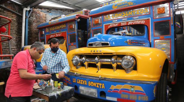 Los dueños de chivas, bares, discotecas y karaokes que funcionan en Quito realizarán una caravana para exigir al Municipio que les permita retomar actividades por la crisis de la pandemia. Foto: Archivo/ EL COMERCIO