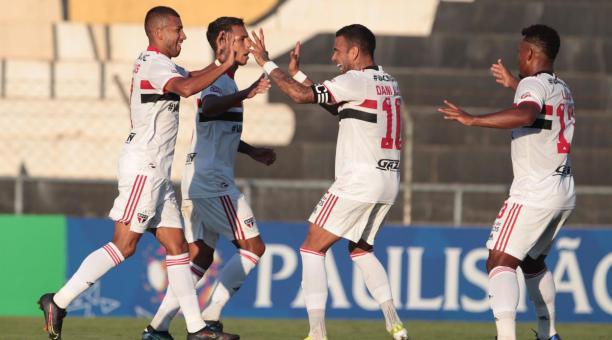 Joao Rojas (izq.) festeja el gol del descuento del Sao Paulo con Dani Alves, en el Campeonato Paulista. Foto: Flickr del Sao Paulo.