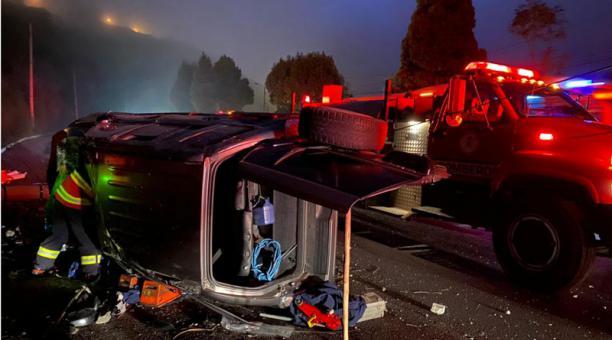 En el sector de La Forestal, por la Simón Bolívar, se registró un choque de un jeep contra un poste de luz. Foto: Cortesía Bomberos Quito