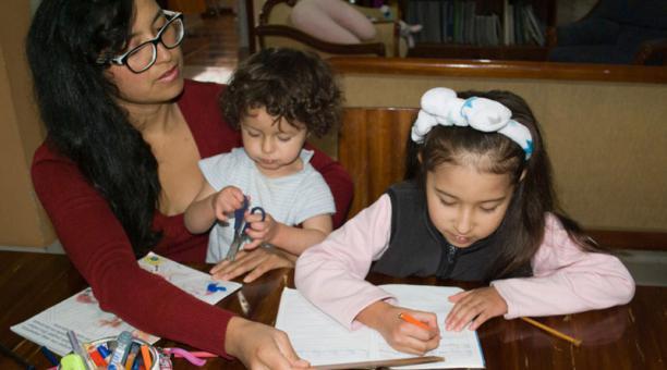 El cuidado del hogar y de los hijos ha impactado en el desarrollo profesional y de negocios en mujeres debido a la pandemia. Foto: Cortesía