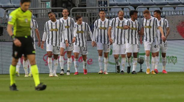 Cristiano Ronaldo (C) celebra con sus compañeros tras marcar el primer gol de su equipo durante el partido de fútbol de la Serie A italiana Cagliari Calcio vs Juventus FC en el estadio Sardegna Arena de Cagliari, Cerdeña, Italia, el 14 de marzo de 2021. (