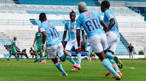 Danny Luna (izq.) festeja el primer tanto del 9 de Octubre, en el partido disputado en el estadio Modelo. Foto: Twitter @9deOctubrefc.