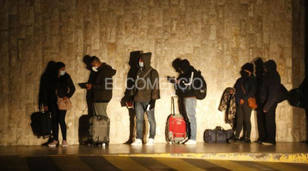 A las 04:00 del sábado, viajeros esperan afuera del aeropuerto de Cotopaxi. Foto: Diego Pallero / EL COMERCIO