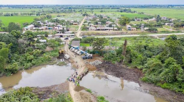 En el estero Mata de Guineo, en Guayas, hay riesgo de pérdida de cultivos de arroz, banano, cacao y caña de azúcar, así como el dejar aisladas a familias del sector por las inundaciones. Foto: Twitter Prefectura del Guayas