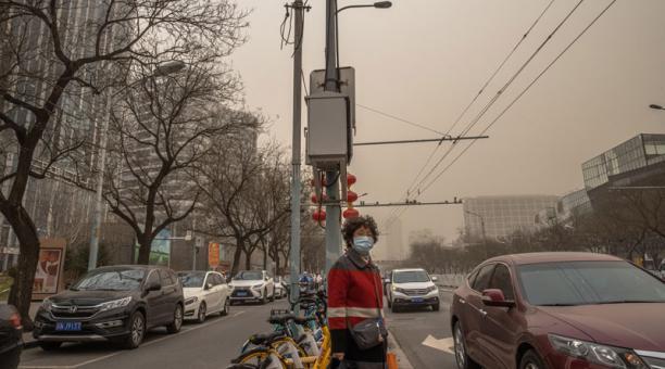 Una niebla de color marrón cubrió Pekín este 15 de marzo del 2021 debido a altos niveles de contaminación y una tormenta de arena proveniente de Mongolia. Foto: EFE.