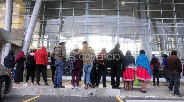 Familiares despidieron a migrantes que tomaron un vuelo hacia México desde el Aeropuerto de Cotopaxi. Foto: Diego Pallero/ EL COMERCIO.