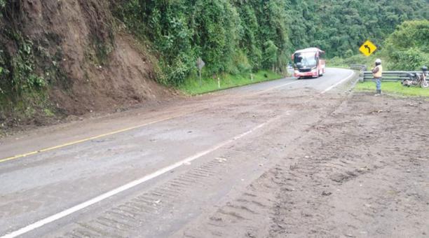 os vehículos que esperaron en la vía volvieron a retomar sus viajes entre Pichincha y Santo Domingo. Foto: Cortesía Prefectura de Pichincha.