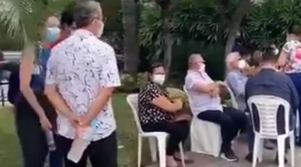 Un video captó a decenas de personas que se vacunaron contra el covid-19 en un club de Samborondón. El Ministerio de Salud dispuso la separación de dos funcionarios. Foto: Captura de pantalla