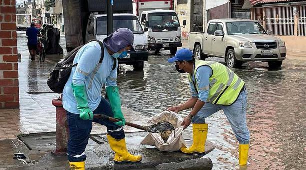 Personal de la empresa Aguas Machala EP limpia sumideros del sistema de alcantarillado para facilitar la evacuación de aguas estancadas en la calle de la capital orense. Foto: cortesía Municipio de Machala