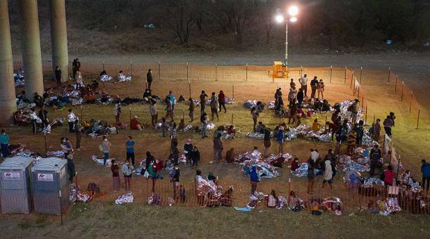 Familias migrantes y menores no acompañados en un centro de procesamiento bajo el Puente Internacional Anzalduas en Granjeno, Texas, EE.UU. Foto: Reuters