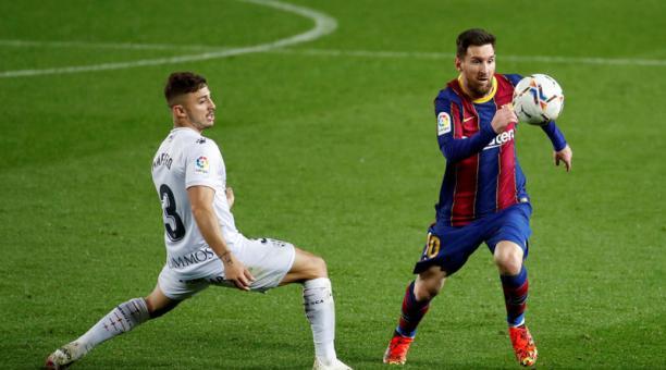 El delantero argentino del FC Barcelona, Leo Messi (der.), se lleva el balón ante el defensa griego del Huesca, Pablo Maffeo, durante el encuentro del 15 de marzo del 2021 en el estadio del Camp Nou. Foto: EFE