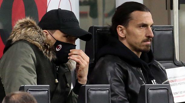Zlatan Ibrahimovic (R) del AC Milan en las gradas durante el partido de fútbol de la Serie A italiana entre el AC Milan y el SSC Napoli en el estadio Giuseppe Meazza de Milán, Italia, el 14 de marzo de 2021. (Italia) EFE