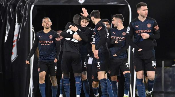 John Stones (C) del Manchester City celebra con sus compañeros tras marcar el primer gol durante el partido de fútbol de la Premier League inglesa entre el Fulham FC y el Manchester City en Londres, Gran Bretaña, el 13 de marzo de 2021. (Reino Unido, Lon