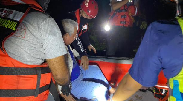 Personal del Cuerpo de Bomberos de Guayaquil colaboró en el rescate de las familias afectados por la crecida del río La Camarona, como adultos mayores. Foto: Cortesía Municipio de Guayaquil