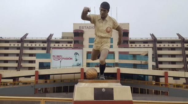 Así lucía la estatua de 'Lolo' Fernández, ídolo del Universitario de Deportes, en Lima, Perú. Foto de la cuenta Twitter @liberoperu