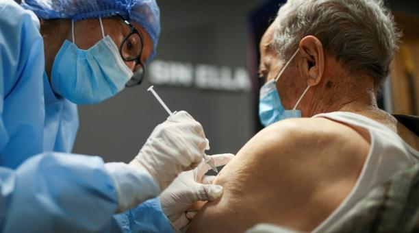 En Colombia se han aplicado 843 204 vacunas contra el covid-19 en 26 días. Se han reportado tres episodios de inyecciones vacías. En la foto, un hombre mayor recibe la primera dosis de la vacuna china Sinovac Biotech contra el covid-19 en Bogotá, Colombia